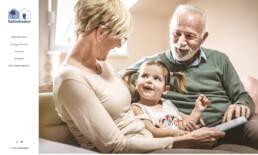 Et skærmbillede af forsiden af fællesheden.dk der viser to glade bedste forældre og deres barnebarn